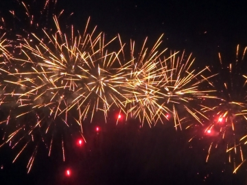 Red special strobe to brocade crown effect - Vicari 30mm cakebox of Red Wire, distributed by Xena Vuurwerk BV Holland